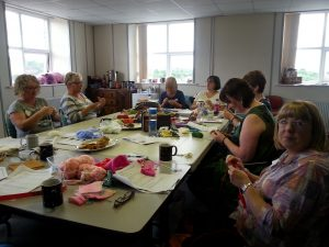 learn to knit - intermediate knitting class with debbie tomkies of dt craft and design